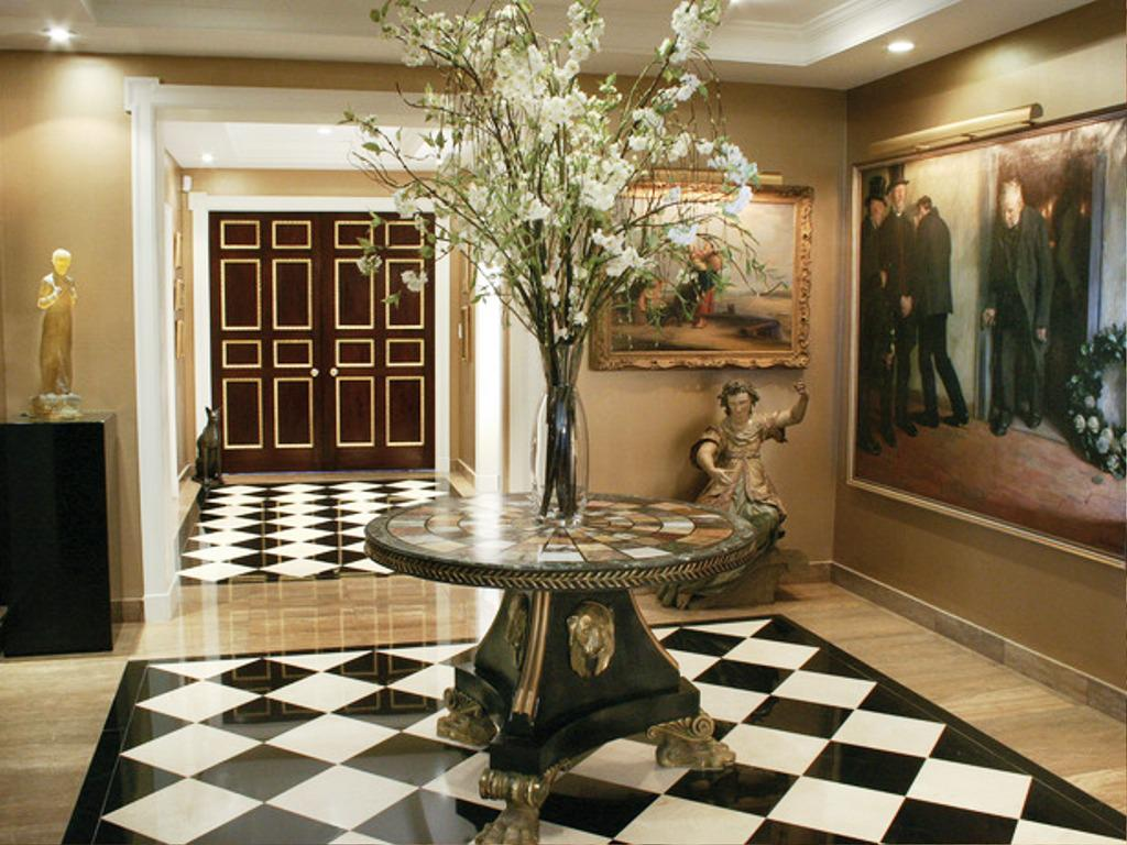Round Foyer Tables Decorating Ideas